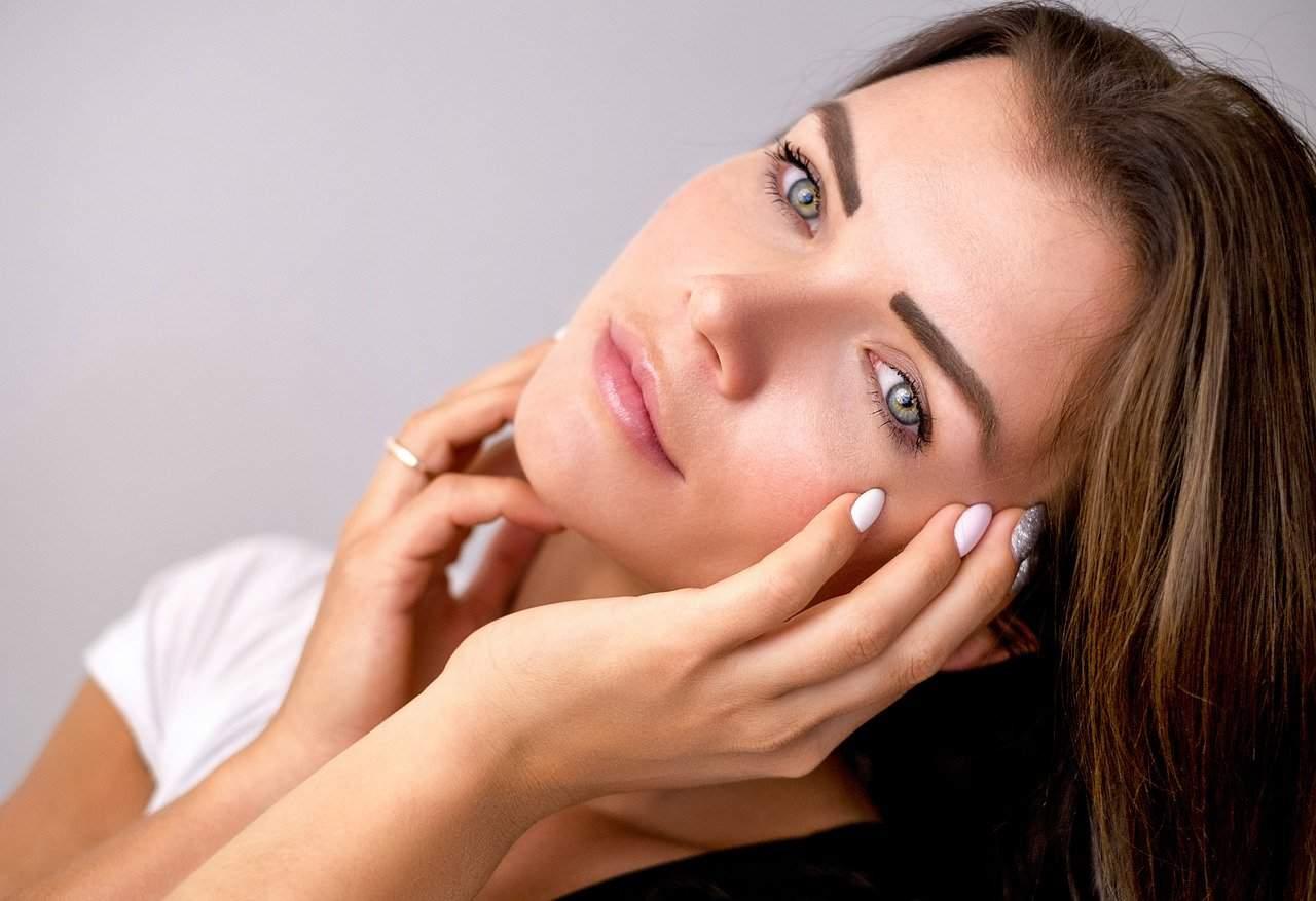 dzieczyna z makijażem (https://pixabay.com/)